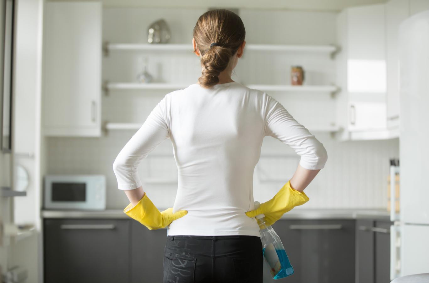 mujer pensando en la limpieza de casa para prevenir el coronavirus