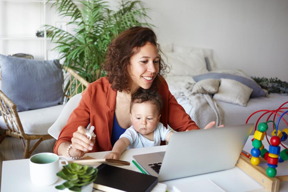 mujer trabaja en casa