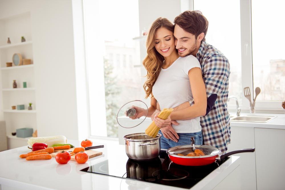pareja-cocinando-en-el-dia-del-hombre