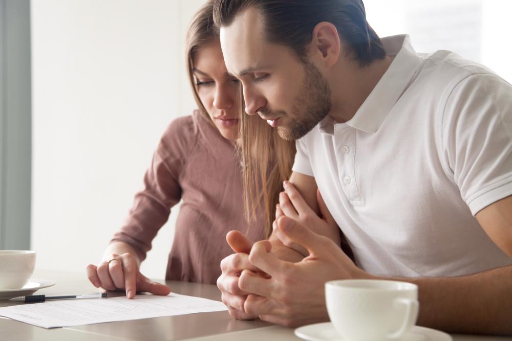 pareja-leyendo-documento