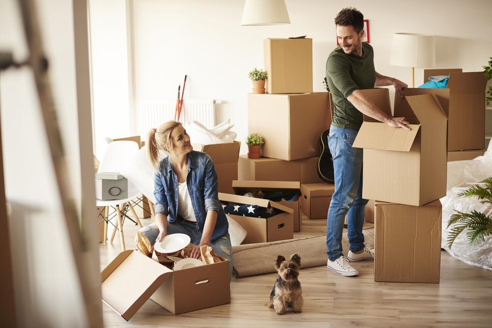 Pareja en su nuevo hogar- trasteos en cuarentena