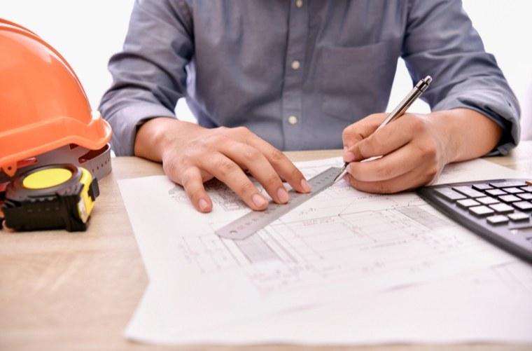 arquitecto-haciendo-planos-de-proyecto de vivienda