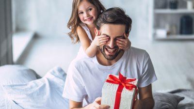 niña le tapa los ojos al papá