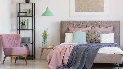 cama decorada con cojines y mantas