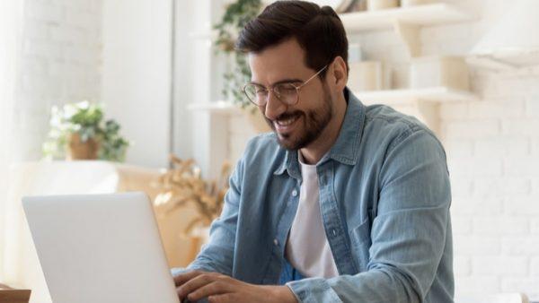 hombre-trabajando-en-un-computador