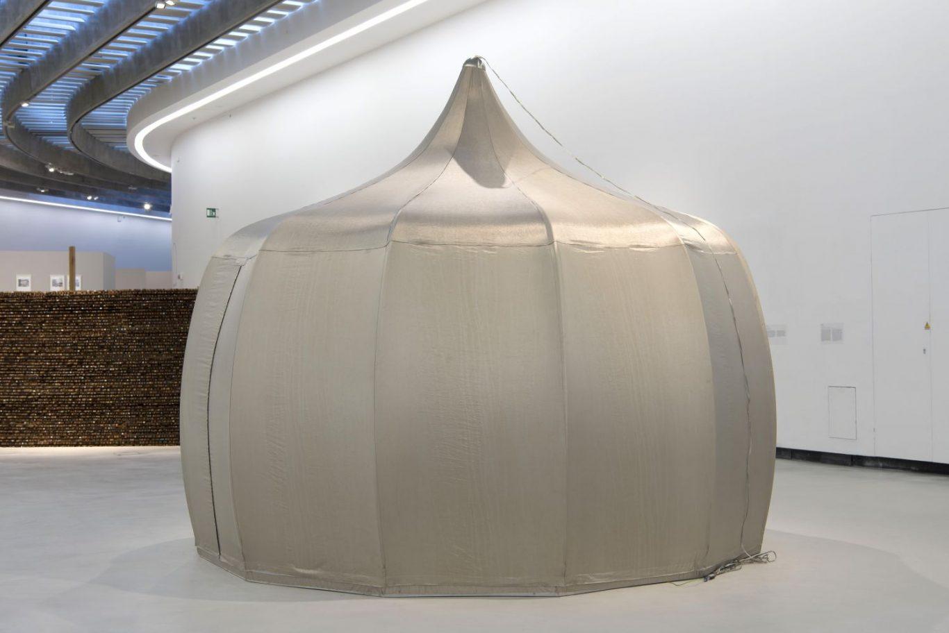 Faradayurt (2001), Jana Sterbak. Fondazione MAXXi